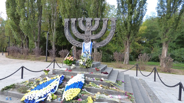 אנדרטה לציון קבר האחים בבאבי יאר (ויקיפדיה)