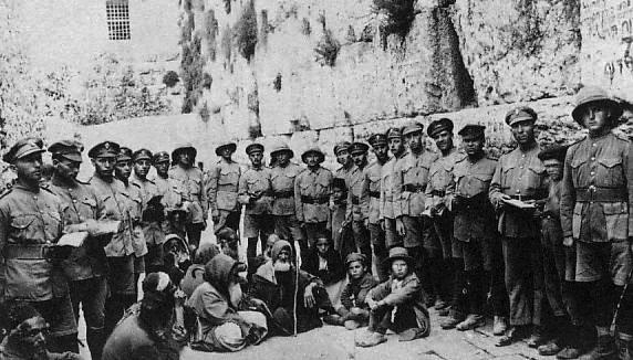 JewishLegionsoldiersattheWesternWallafterBritishconquest1917