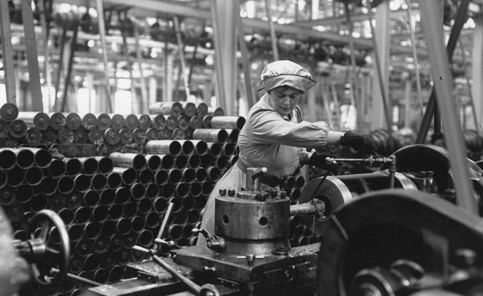 """עובדת בתעשיית החימוש הבריטית בזמן מלחמת העולם הראשונה. במהלך """"המלחמה הגדולה"""" הצטרפו כמיליון נשים למעגל העבודה."""