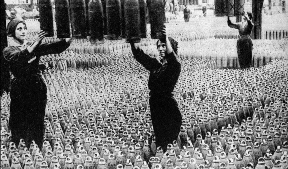 נשים בריטיות במפעל תחמושת בזמן מלחמת העולם הראשונה