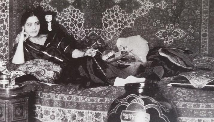 המלכה העברייה השנייה ריקטה שלוש ולימינה כד הקרמיקה שבו זכתה בתחרות (מתוך אוסף המוזיאון לתולדות תל-אביב-יפו)