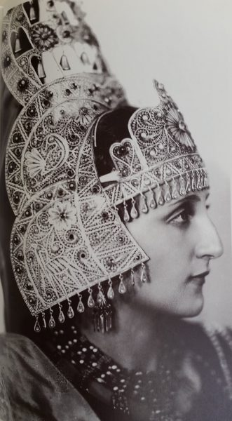 אסתר המלכה העברייה הרביעית חנה פולני עם כתר המלכות שבו הוכתרה (מתוך אוסף המוזיאון לתולדות תל-אביב-יפו)