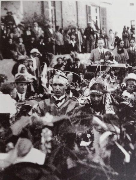 צפורה צברי וברוך אגדתי בראש מסע הקרנבל, 1928. אוסף המוזיאון לתולדות תל=אביב - יפו