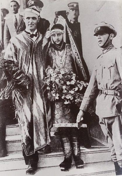 ברוך אגדתי והמלכה העברייה השלישית צפורה צברי לאחר טקס קבלת הפנים (מתוך אוסף המוזיאון לתולדות תל-אביב-יפו)