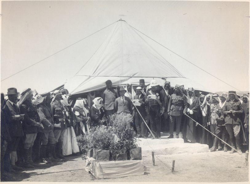 סמואל מקריא את הכרזת העצמאות של עבר-הירדן, לידו האמיר עבדאללה, 14 במאי 1923