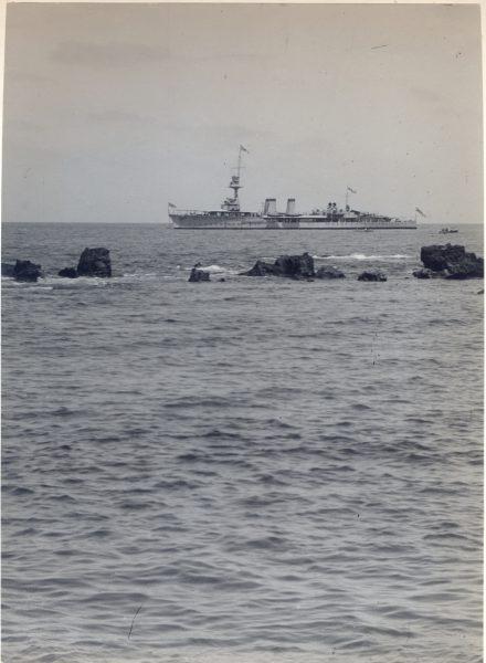 האנייה סֶנְטוֹר עוגנת מול יפו, מעבר לסלע אנדרומדה. 1 ביולי 1920