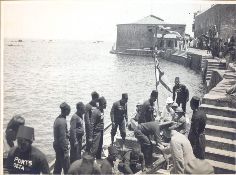סמואל (בלבוש לבן) נוחת בנמל יפו, 1 ביולי 1920