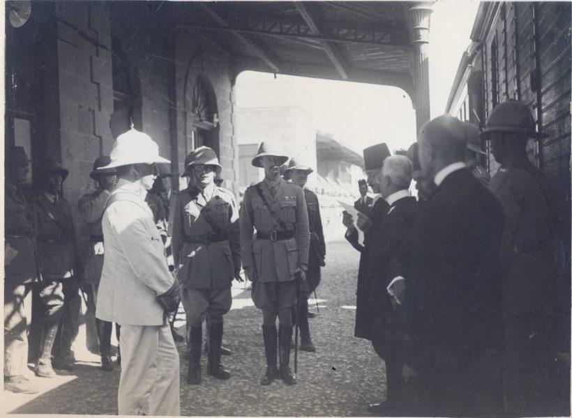 סמואל מתקבל בתחנת הרכבת בירושלים על ידי ראש העיר, 1 ביולי 1920