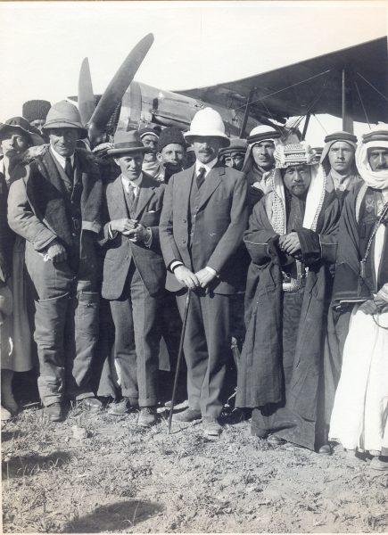 """סמואל נפגש עם האמיר עבדאללה ולורנס """"איש ערב"""" בעבר-הירדן, 14 במאי 1923"""