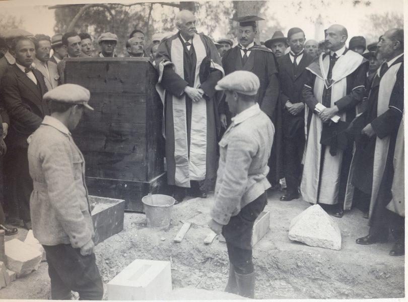 הנחת אבן הפינה למכון איינשטיין בהר הצופים. מסתכלים (משמאל לימין): בלפור, סמואל, מאגנס ו-וייצמן, 2 באפריל 1925