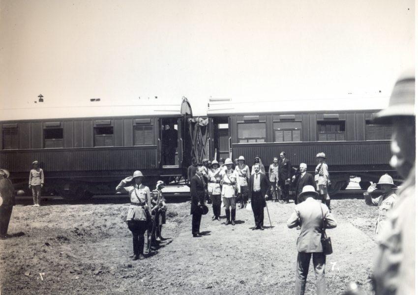 סמואל ואלנבי יורדים בתחנת הרכבת הסמוכה לבית הקברות הצבאי בעזה, 28 באפריל 1925