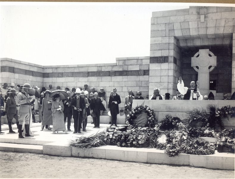 """הבישוף ד""""ר מקאינס חונך את בית הקברות, 28 באפריל 1925"""
