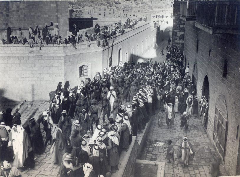 סמואל ברחוב הראשי בעיר א-סאלט, יולי-אוגוסט 1920