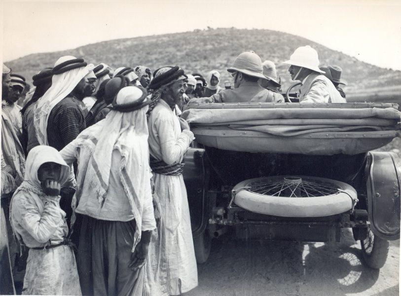 סמואל ורונלד סטורס עוצרים ליד כפר ערבי בדרכם מחיפה לירושלים, 10 ביולי 1920