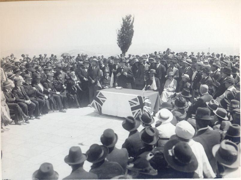 צ'רצ'יל נואם בהר הצופים בסמוך לאתר אבני הפינה של האוניברסיטה העברית, 29 במרץ 1921