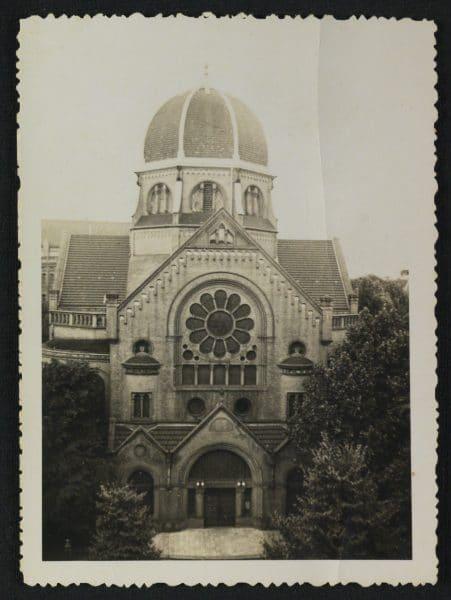 בית הכנסת הגדול של קהילת המבורג, גרמניה. בית כנסת זה עמד על תילו בכיכר המרכזית של רובע גרינדל בשנים 1939-1906. גם הוא נחרב במאורעות ליל הבדולח