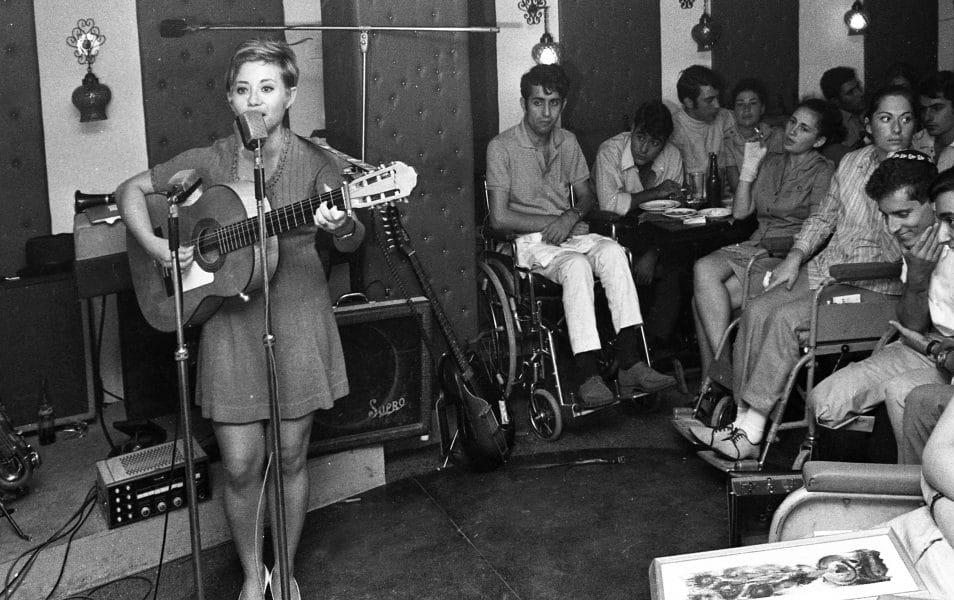 """חוה אלברשטיין במופע מיוחד לכבוד נכי צה""""ל, 1969. צילום: שלום בר-טל"""