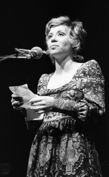 חוה אלברשטיין מופיעה בפני חיילים, 1972. צילום: אוסף דן הדני