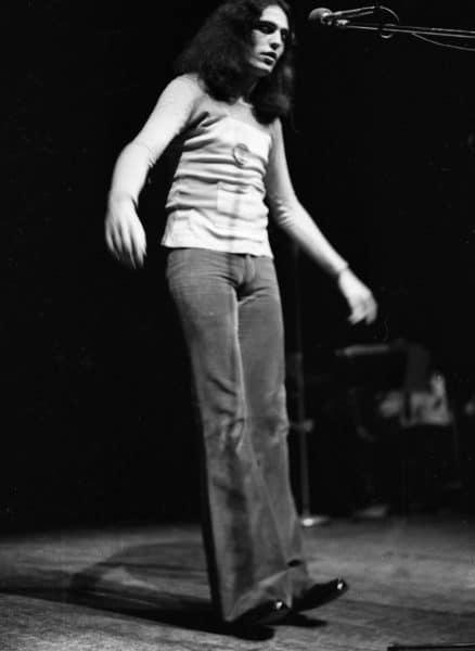צביקה פיק מופיע בפני חיילים, 1972. צילום: אוסף דן הדני