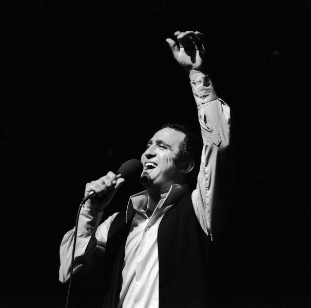 """יהורם גאון בהופעה בפני נכי צה""""ל, 1969, צילום: אוסף דן הדני"""
