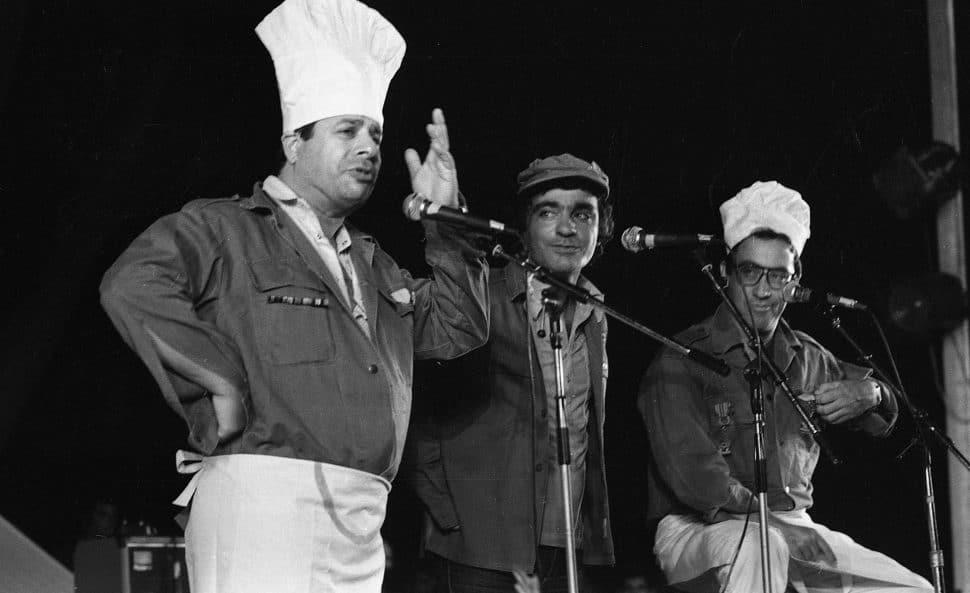 שייקה לוי והחברים לגשש פולי וגברי בנאי באירוע בפני חיילים שהשתתפו במלחמת לבנון, 1982. צילום: אוסף דן הדני