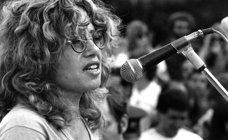 חוה אלברשטיין במסגרת הפגנת מחאה נגד מלחמת לבנון, 1982. צילום: דן הדני