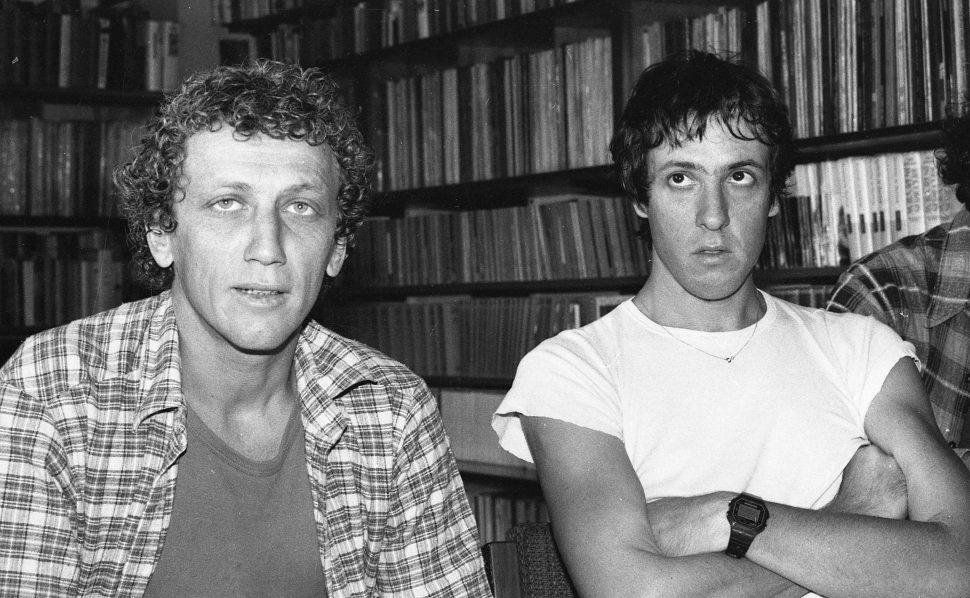 """גידי גוב ומוני מושונוב בראיון לקראת השקת המופע """"ערב חד פעמי"""", 1982. צילום: דן הדני"""