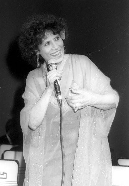 שושנה דמארי באירוע לזכרו של שייקה אופיר, 1987. צילום: אפי שריר