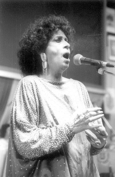 שושנה דמארי באירוע בפני וטרנים של ההגנה, 1988. צילום: ישראל סימיונסקי