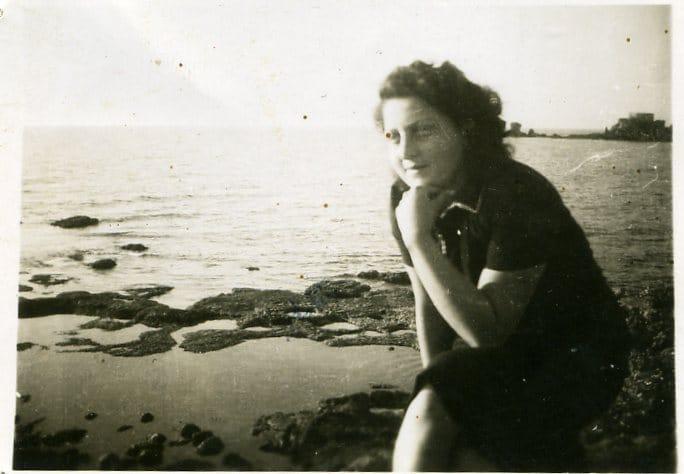 חנה סנש משקיפה על הים בקיבוצה, שדות ים