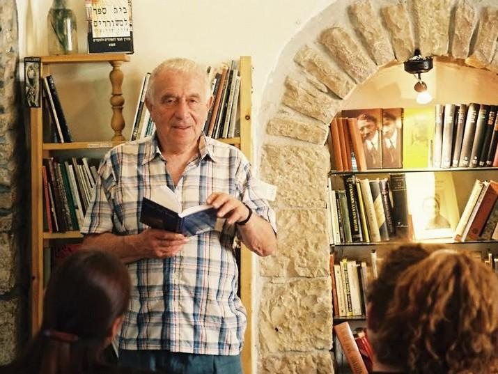 יהודה עמיחי קורא משיריו בבית הקפה תמול שלשום בירושלים. יוני, 1994. צילום: יאיר מדינה