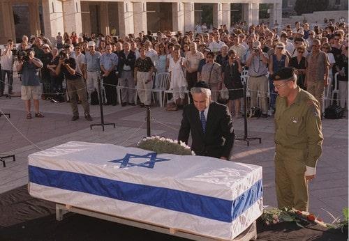 """הלוויתו של יהודה עמיחי. 24 בספטמבר, 2000. צילום: עמוס בן גרשום, לע""""מ"""