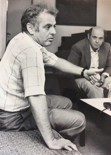 """דליות בתפקיד מבקר המוזיקה של העיתון """"דבר"""" עם הפסנתרן דניאל בארנבוים (1987)"""
