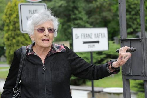 רות בונדי בבית הקברות היהודי בפראג, סמוך לקברו של פרנץ קפקא. צילום: משה שי. באדיבות המשפחה.