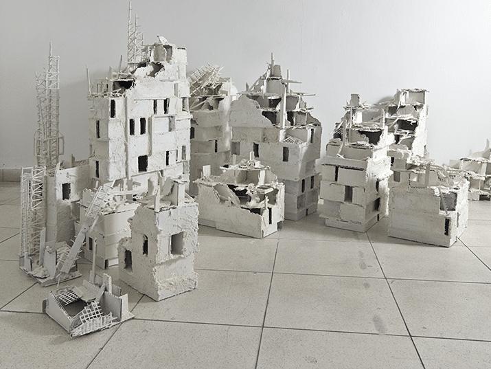 אמיר תומשוב, מודל מיצב פוסט טראומה מספר 11 , קרטון, עץ, פולימר, גבס וצבע סינתטי, 448cm x 315cm x 95cm , 2013 (צילום: רן ארדה)