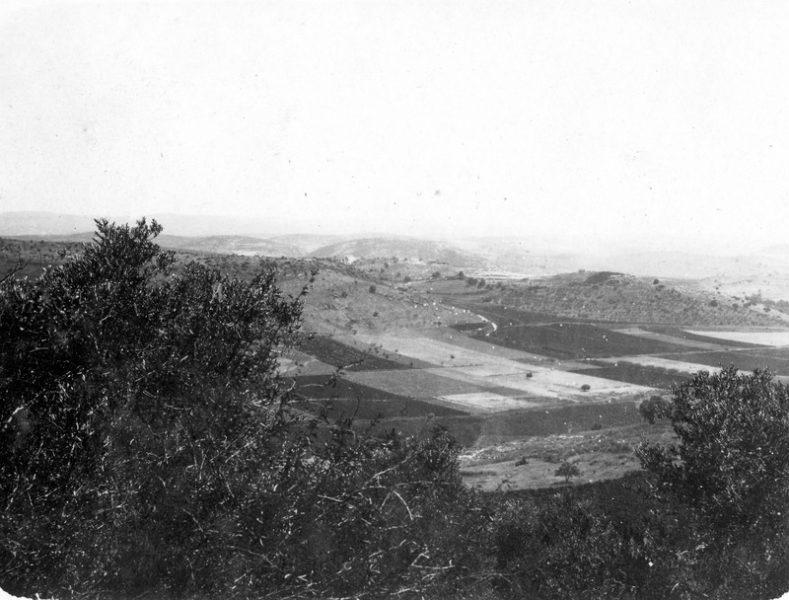 מבט מזכרון יעקב אל שפיה, העיירה הסמוכה שגם בה ביקרו הרבנים. שנה לא ידועה. מתוך אוסף גימנסיה הרצליה.