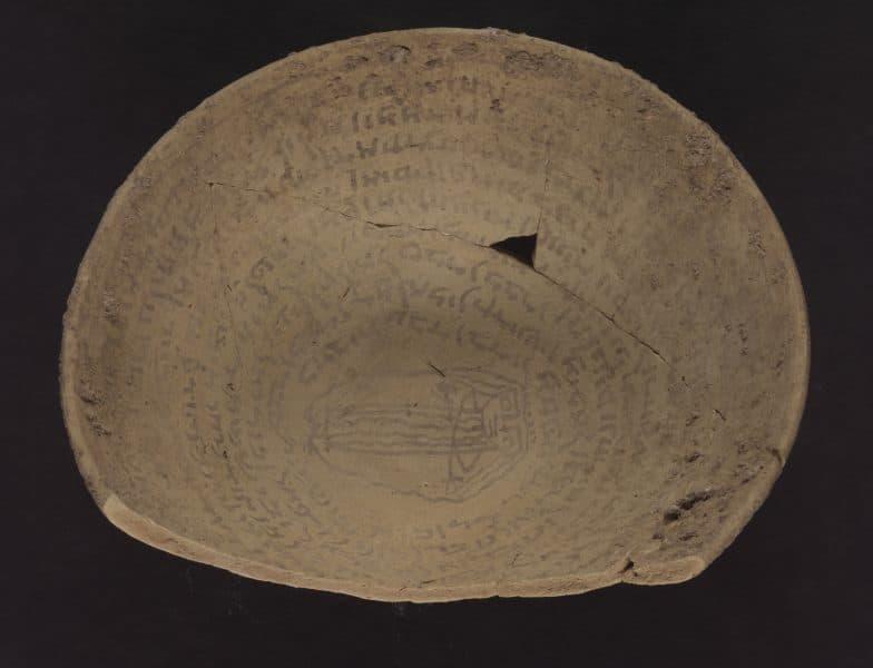 קערה בעלת כיתוב בארמית בבלית יהודית. מתוך אוספי הספרייה הלאומית