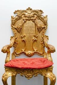 ללא כותרת (כיסא), 2018, הזרקת פיגמנט על נייר ארכיוני, 45x70 (כיסאות לחתן־תורה וחתן־בראשית, מוזיאון ישראל, ירושלים)