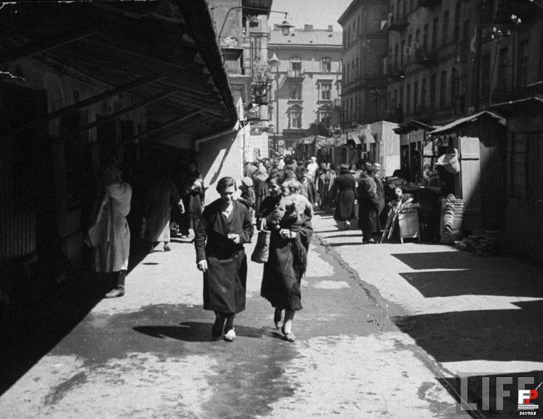 """הבזאר ב-1938. ברקע: הבית בסמוצ'ה 28 [מתוך הספר """"סמוצ'ה – ביוגרפיה של רחוב יהודי בוורשה]"""