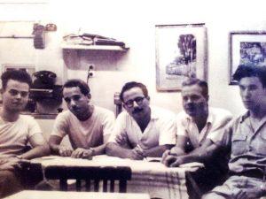 """חבורת """"לקראת"""" בקפה כסית, 1953. מימין לשמאל: יצחק לבני, י' ליש, מקסים גילן, נתן זך ומשה דור"""