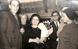 זלדה (במרכז) וחיים (משמאל) בחתונת חברים. אוסף שבדרון הספריה הלאומית.