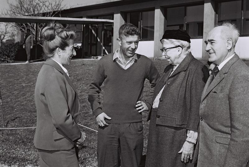 """אגנס קלטי (משמאל) עם אורי זמרי, ברוך בק, ואלינור רוזוולט 23.2.1962, צילום: לע""""מ"""