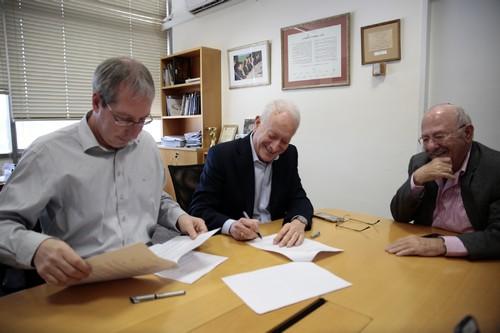 """בתמונה (מימין לשמאל): דוד בלומברג, יו""""ר דירקטוריון הספרייה הלאומית; עמוס שוקן מו""""ל הארץ ואורן וינברג, מנהל הספרייה"""
