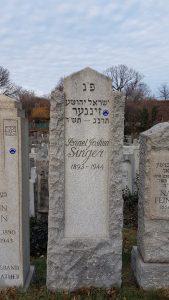 """מצבת קבורתו של ישראל יהושע זינגר בבית הקברות """"הר נבו"""" ברובע קווינס. צילום: יהושבע סמט-שינברג"""