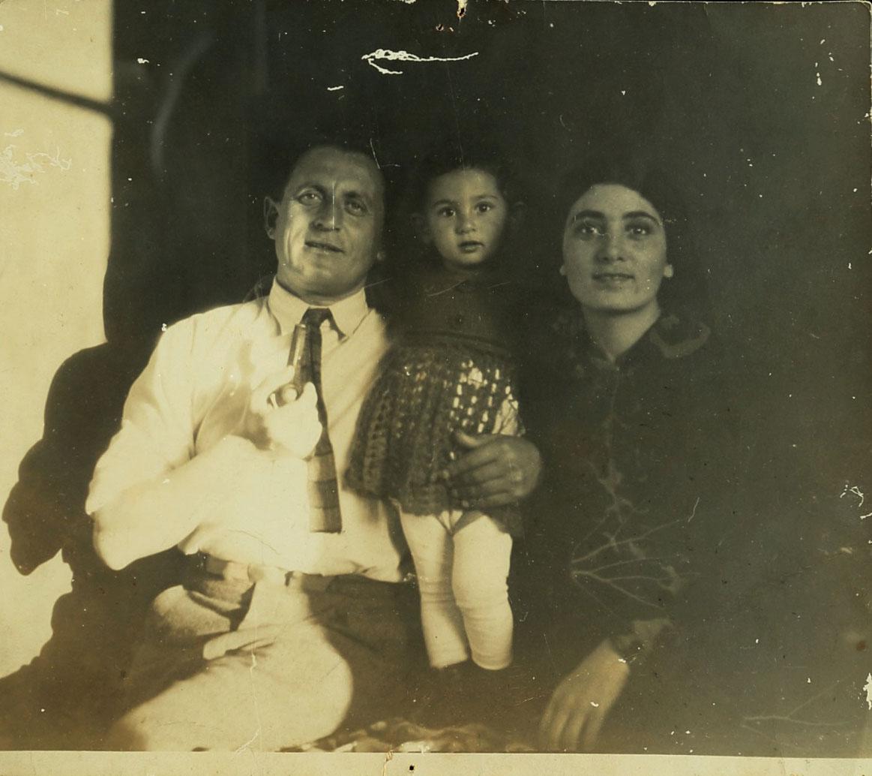 מלניקוב עם רעייתו שרלוטה ובתו חווה, תל-אביב, 1929. צלם בלתי ידוע. ארכיון אברהם מלניקוב, ARC. 4* 1956 03 65