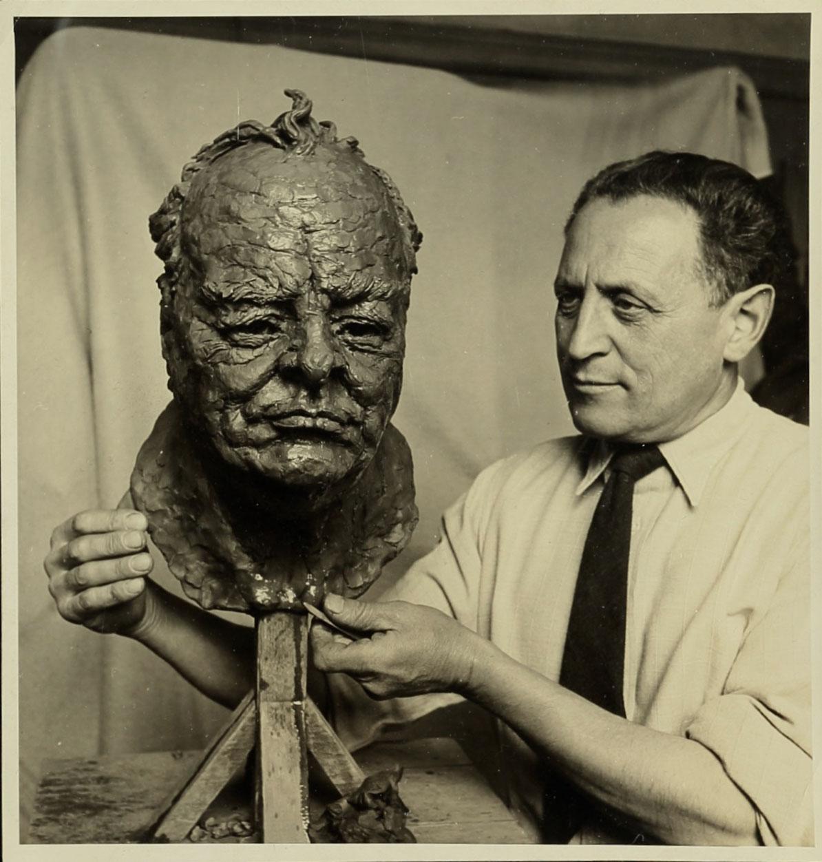 אברהם מלניקוב עם המתווה לפסל דיוקנו של וינסטון צ'רצ'יל, בערך 1941. ארכיון אברהם מלניקוב, ARC. 4* 1956 03 29