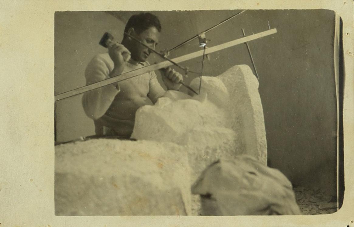 מלניקוב מפסל את דיוקן אלנבי בסטודיו שלו שבשער שכם, 1922. צלם: בלתי ידוע. ארכיון אברהם מלניקוב, ARC. 4* 1956 03 42