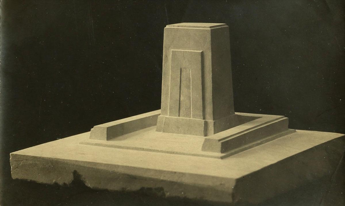 תצלום דגם גבס של המצבה שפיסל מלניקוב על קברו של אחד העם, בתל-אביב. ארכיון אברהם מלניקוב, ARC. 4* 1956 03 07