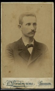 תצלום דיוקנו של זאב סמילנסקי בעיר ניקולאייב. מתוך: אוספי הספרייה הלאומית