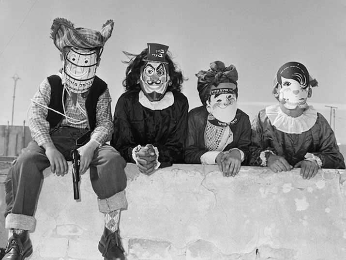 ילדים במסכות. יקבי כרמל מזרחי 1960